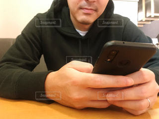 スマートフォンを持つ男性の写真・画像素材[2594312]