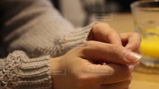 女性の手元の写真・画像素材[2629724]