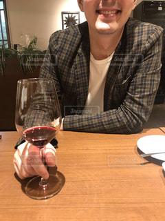 ワイングラスを持つ男性の写真・画像素材[2635968]