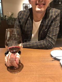 ワイングラスを持つ男性の写真・画像素材[2635969]
