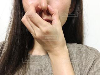 鼻をつまむ女性の写真・画像素材[2675482]