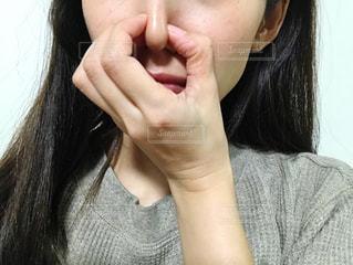 鼻をつまむ女性の写真・画像素材[2675486]