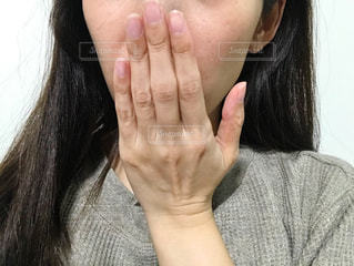口元を隠す女性の写真・画像素材[2675487]