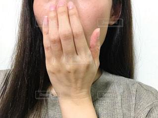 口元を隠す女性の写真・画像素材[2675488]