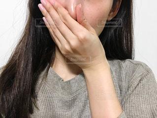 口と鼻を塞ぐ女性の写真・画像素材[2675491]