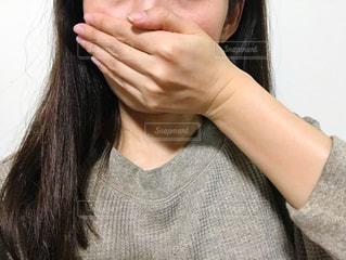 口を塞ぐ女性の写真・画像素材[2675492]