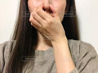 鼻をつまむ女性の写真・画像素材[2675493]