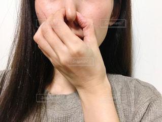 鼻をつまむ女性の写真・画像素材[2675494]