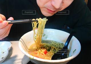 ラーメンを食べる男性の写真・画像素材[2681734]