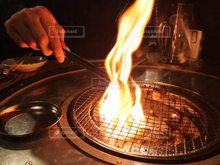 ホルモンを焼く手の写真・画像素材[2686057]
