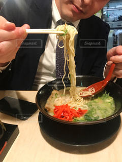 ラーメンを食べるサラリーマンの写真・画像素材[2723278]
