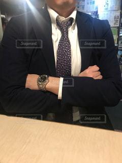 腕を組む男性の写真・画像素材[2727964]