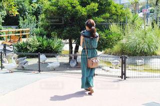 グリーンのワンピースを着た女性の写真・画像素材[2746287]