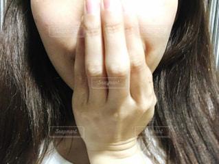 口を隠す女性の写真・画像素材[2763539]