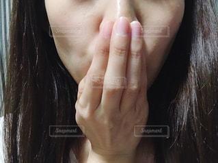 口を隠す女性の写真・画像素材[2763540]