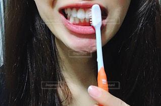 歯ブラシを口にくわえて歯を磨く女性の写真・画像素材[2781903]