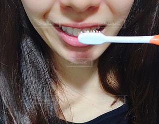歯を磨く女性の写真・画像素材[2781905]