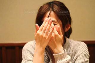 顔を隠す女性の写真・画像素材[2785632]