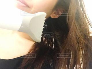 髪の毛を乾かす女性の写真・画像素材[2826426]