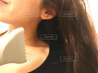 髪の毛を乾かす女性の写真・画像素材[2826430]