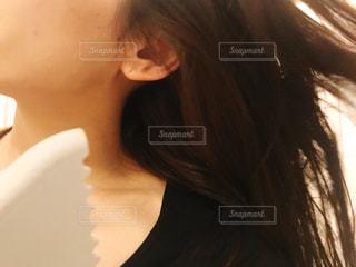 髪の毛を乾かす女性の写真・画像素材[2826431]