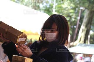 おみくじを引く女性の写真・画像素材[2841158]