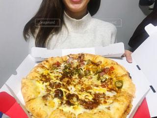 ピザの箱を持っている人の写真・画像素材[2893848]