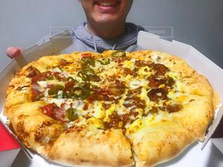 ピザの箱を持っている男の写真・画像素材[2893851]