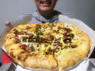 ピザの箱を持っている男の写真・画像素材[2893850]