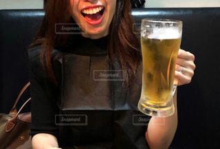 生ビールを持つ女性の写真・画像素材[2956484]