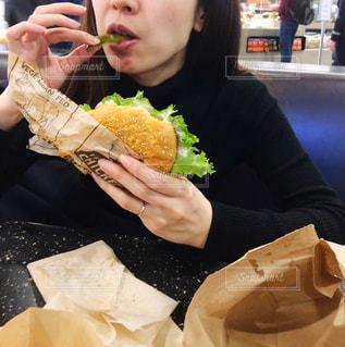 ハンバーガーを食べる女性の写真・画像素材[2974069]
