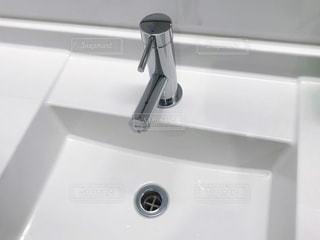 白い洗面台の写真・画像素材[3073499]