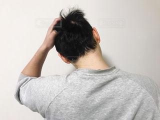 頭を抱える男性の写真・画像素材[3145875]