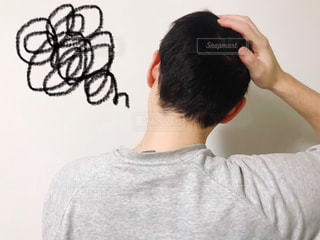 頭を抱える男性の写真・画像素材[3145873]