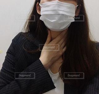 喉を押さえる女性の写真・画像素材[3296513]