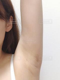手を挙げる女性の写真・画像素材[3327569]