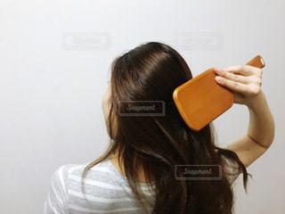 ヘアブラシを使う女性の写真・画像素材[3364860]