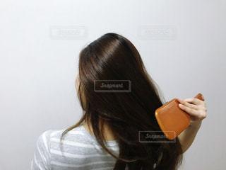 ヘアブラシを使う女性の写真・画像素材[3364866]