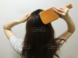 ヘアブラシを使う女性の写真・画像素材[3364871]