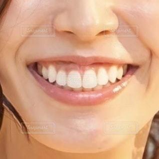 女性の口元のクローズアップの写真・画像素材[3382363]