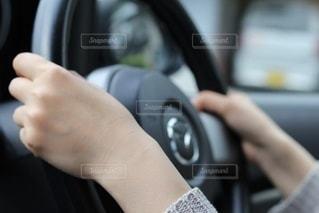 車のハンドルを握る手の写真・画像素材[3451524]