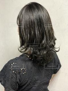 女性の後ろ姿の写真・画像素材[3604925]
