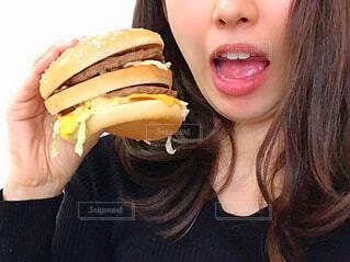 ハンバーガーを持つ女性の写真・画像素材[4298619]