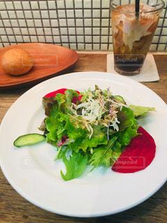 テーブルの上に食べ物のプレートの写真・画像素材[1338550]
