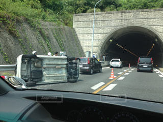 事故で横転した車の写真・画像素材[1353605]