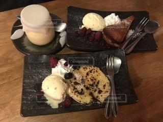木製のテーブルの上に食べ物のプレートの写真・画像素材[1339216]