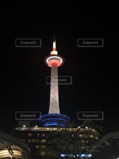 ライトアップされた京都タワーの写真・画像素材[1339217]