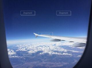 ヨーロッパアルプスの上を飛ぶ飛行機の写真・画像素材[1358613]
