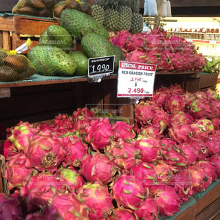 たくさんのフルーツと野菜のスーパーマーケットの写真・画像素材[1355413]