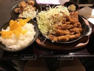 皿のご飯肉と野菜料理の写真・画像素材[1339964]
